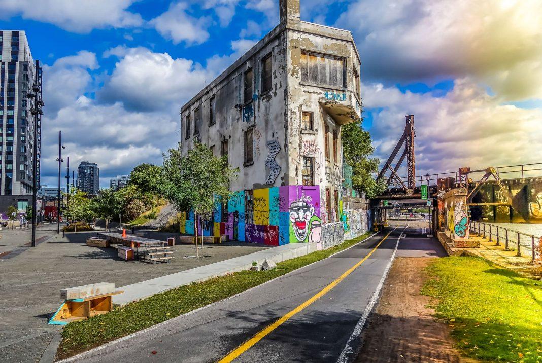 Visiter les quartiers du canal Lachine à Montréal - Vu à Griffintown - Street art graffiti sur un vieux building